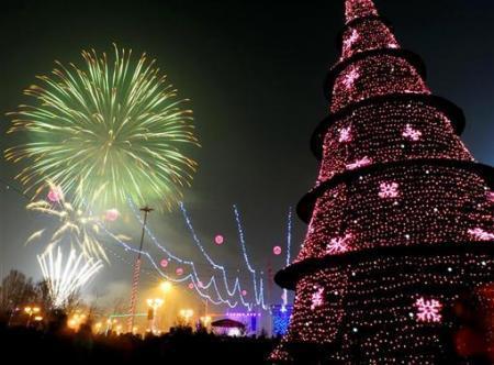 马其顿斯科普里,圣诞树与焰火相辉映.-钢之家 钢铁博客 绿幻蓝想