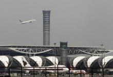 An airplane takes off from Bangkok's Suvarnabhumi International Airport October 20, 2011.  REUTERS/Chaiwat Subprasom