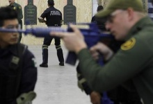 Mexican federal police officers receive tactical training from U.S. Border Patrol agents at a warehouse in Nogales, Arizona April 23, 2010. REUTERS/Joshua Lott