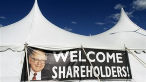 A sign featuring a photo of Chairman Warren Buffett welcomes Berkshire Hathaway shareholders to a picnic during the BH annual meeting in Omaha, Nebraska April 30, 2011. REUTERS/Rick Wilking
