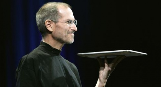 Apple CEO Steve Jobs holds Apple's new Macbook Air notebook computer as he delivers his keynote address during the Macworld Convention and Expo in San Francisco January 15, 2008.     REUTERS/Robert Galbraith