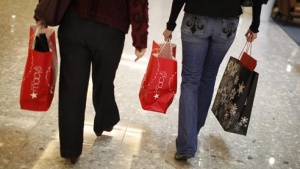 "Shoppers carry their purchases on ""Black Friday"" at a high-end shopping mall in Tysons Corner, Virginia, November 26, 2010.  Early-bird bargain-hunters scooped up ""Black Friday"" deals on everything from TVs to toys across the United States, but many said discounts were not as deep as those offered last year.REUTERS/Jason Reed   (UNITED STATES - Tags: BUSINESS SOCIETY)"