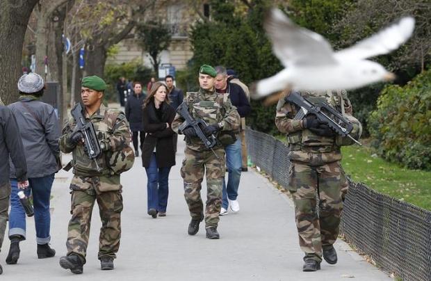 Премьер Франции: страна продолжит наносить авиаудары по ИГ в Сирии