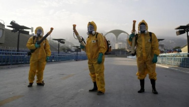 Municipal workers wait before spraying insecticide at Sambodrome in Rio de Janeiro, Brazil, January 26, 2016. REUTERS/Pilar Olivares