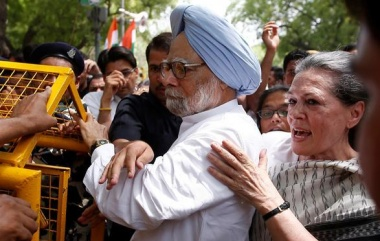 """Congress party president Sonia Gandhi (R) and former Prime Minister Manmohan Singh cross a police barricade during what the party calls as a """"Save Democracy"""" march to parliament in New Delhi, India, May 6, 2016. REUTERS/Adnan Abidi"""