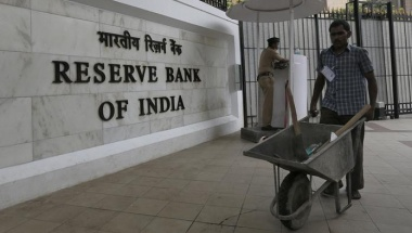 A worker pushes a wheelbarrow inside the Reserve Bank of India (RBI) head office in Mumbai, India, April 5, 2016. REUTERS/Danish Siddiqui/File Photo