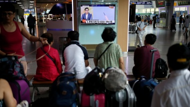 Passengers watch a TV screen broadcasting a news report on North Korea's submarine-launched ballistic missile fired from North Korea's east coast port of Sinpo, at a railway station in Seoul, South Korea, August 24, 2016 REUTERS/Kim Hong-Ji