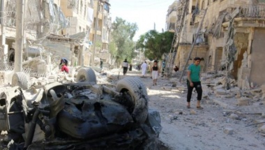 People inspect the damage at a site hit overnight by an air strike in the rebel-held area of Seif al-Dawla neighbourhood of Aleppo, Syria, September 30, 2016. REUTERS/Abdalrhman Ismail