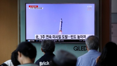 People watch a television broadcasting a news report on North Korea firing what appeared to be a short-range ballistic missile, at a railway station in Seoul, South Korea, May 29, 2017. REUTERS/Kim Hong-Ji