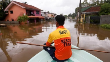 A Sri Lankan Navy rescue team member searches for flood victims on a flooded road in Nagoda village in Kalutara, Sri Lanka May 29, 2017. REUTERS/Dinuka Liyanawatte