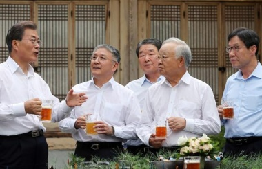 Craft beer, no ties as S.Korea's leader hosts business tycoons