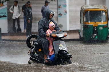 Floods kill 120 in Gujarat, with industry, cotton hit
