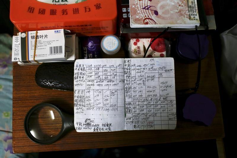 自宅の机に置かれたWang Cunchunさんの投資メモ
