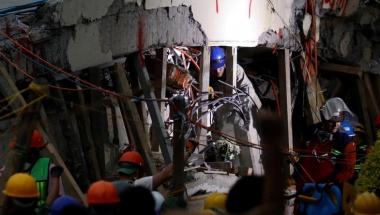 Mexico rescuers work to save trapped girl, quake toll rises