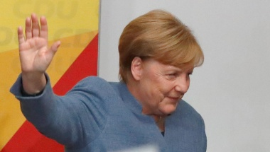 Merkel set to win but bleeds support to far right