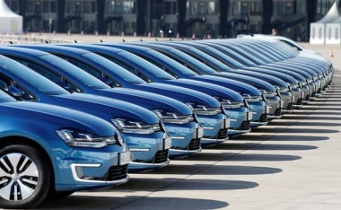 EU raids Daimler and VW in widening cartel inquiry