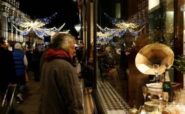 UK consumers cut spending in run-up to Christmas