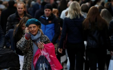 UK households turn downbeat about finances as Brexit weighs