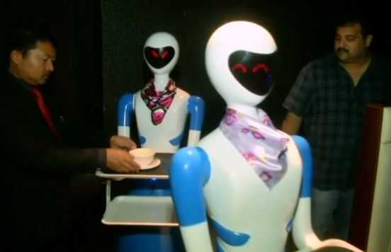 Restaurant replaces waiters with robots