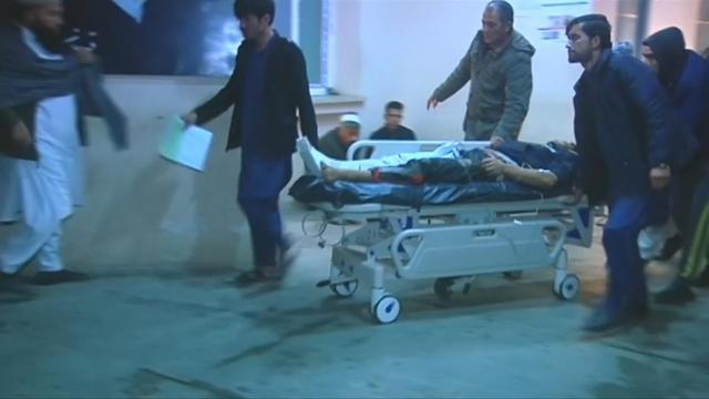 Niños heridos y otras personas fueron atendidas en un hospital en Kabul, Afganistán, el miércoles después de que explotara un coche bomba dirigido contra el complejo de un contratista de seguridad británico en la capital afgana.  Los talibanes se responsabilizaron del ataque.  Rough Cut (sin narración reportera).