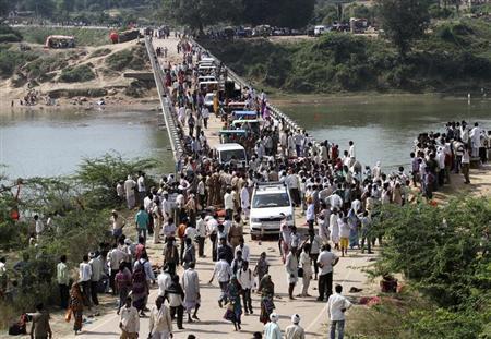 インド中部の寺院で参拝者が将棋倒し、約90人死亡 | Reuters