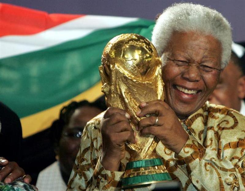 FUTBOL-FIFA ordena banderas a media asta y minuto de silencio en honor a Mandela | Reuters