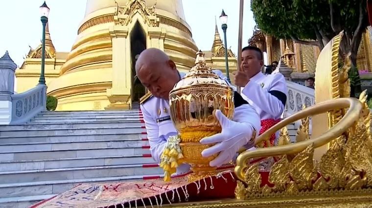 タイ前国王の火葬式終了、服喪期間明け国民は明るい色の服装に | Reuters