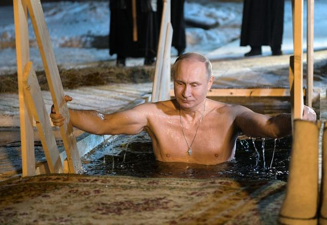 Russian President Vladimir Putin takes a dip in the water during Orthodox Epiphany celebrations at lake Seliger, Tver region, Russia January 19, 2018. Sputnik/Alexei Druzhinin/Kremlin via REUTERS