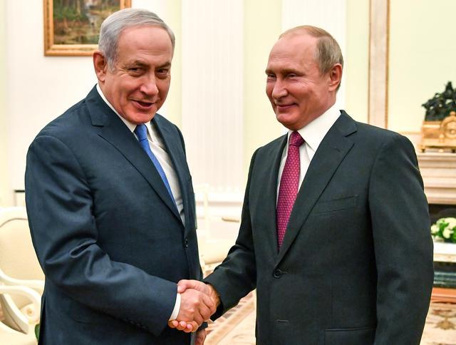 El presidente ruso, Vladimir Putin, estrecha la mano del primer ministro israelí, Benjamin Netanyahu, durante su reunión en el Kremlin en Moscú, Rusia el 11 de julio de 2018. Yuri Kadobnov / Pool vía REUTERS