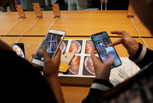 Imagen de archivo de clientes vietnamitas probando los nuevos móviles iPhone XS en un Apple Store de Singapur. 21 septiembre 2018. REUTERS/Edgar Su