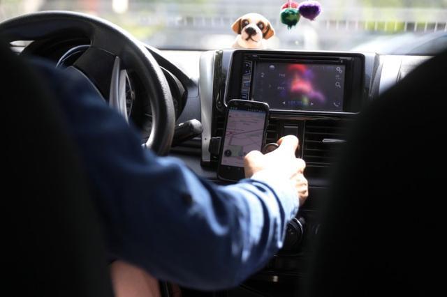 Un taxista utiliza una aplicación en un teléfono móvil durante un trayecto en Lima, jul 4 2017. REUTERS/Guadalupe Pardo