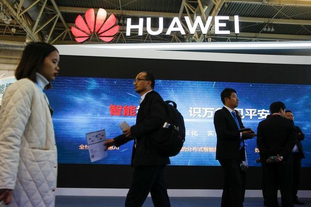 Imagen de archivo de personas caminando frente a un stand del fabricante de equipos de telecomunicaciones Huawei Technologies en una exposición sobre seguridad pública en Pekín, China, Octubre 23, 2018. REUTERS/Thomas Peter