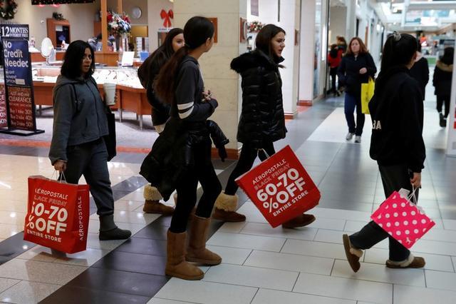 """La gente compra durante el """"Black Friday"""" en el Roosevelt Field Mall en Garden City, Nueva York, EEUU, 23 de noviembre de 2018. REUTERS/Shannon Stapleton"""