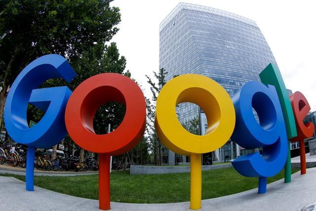 En la imagen de archivo se ve el logotipo de Google, de Alphabet Inc, fuera de su oficina en Pekín, China, el 8 de agosto de 2018. Fotografía captada con lentes de ojo de pez. REUTERS/Thomas Peter/File Photo