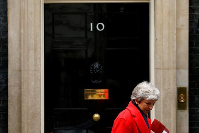 La primera ministra británica, Theresa May, saliendo del 10 de Downing Street en Londres, Gran Bretaña. 28 de noviembre de 2018. REUTERS/Henry Nicholls