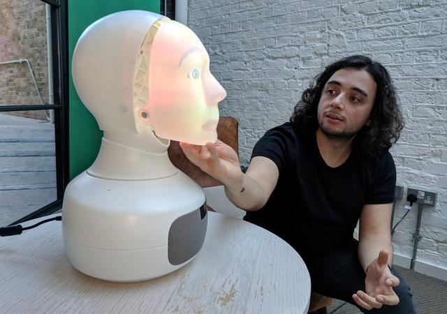 Furhat, el robot social que puede cambiar su personalidad y hablar con la gente, durante una demostración en Londres, Gran Bretaña. 19 de noviembre de 2018. REUTERS/Stuart McDill