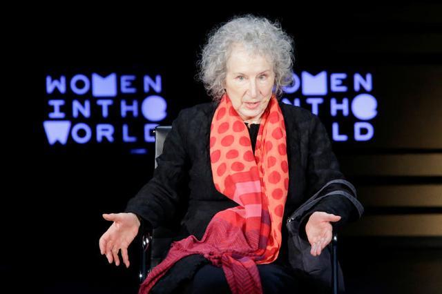 Imagen de archivo. La escritora Margaret Atwood habla en una cumbre de mujeres en Nueva York. 13 de abril de 2018. REUTERS/Eduardo Muñoz