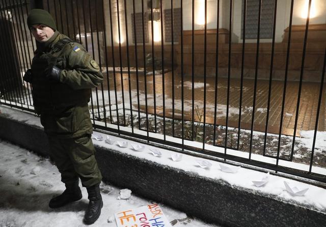 Embajada rusa en Kiev durante una protesta contra el apresamiento por parte de las fuerzas especiales rusas de tres de los barcos de la marina ucraniana, Kiev, Ucrania 25 de noviembre de 2018. REUTERS / Gleb Garanich