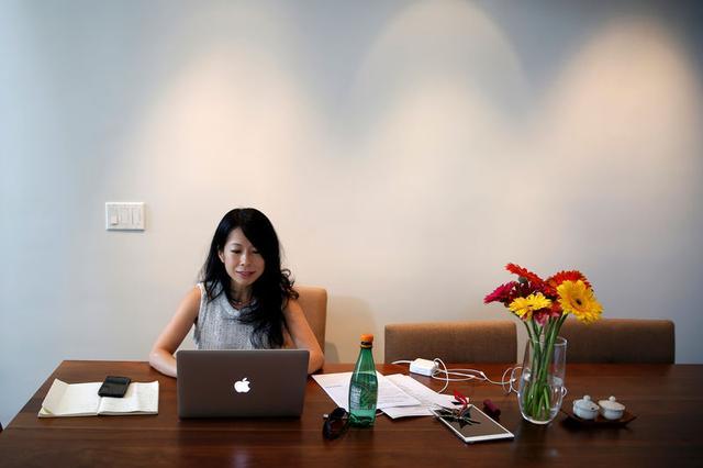 Foto de archivo. Eva Ho trabaja en su computadora en Los Ángeles, California, Estados Unidos. 21 de junio de 2016. REUTERS/Lucy Nicholson