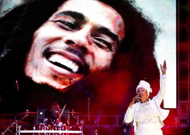 Imagen de archivo de Marcia Griffiths, que cantó junto a Bob Marley, canta frente a una imagen de la leyenda del reggae en un concierto en Kingston, Jamaica. 7 febrero 2015. REUTERS/Gilbert Bellamy