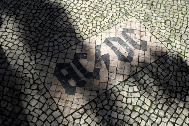 Foto de archivo del logo de la banda AC/DC en el empedrado en Lisboa. Nov 21, 2018. REUTERS/Rafael Marchante