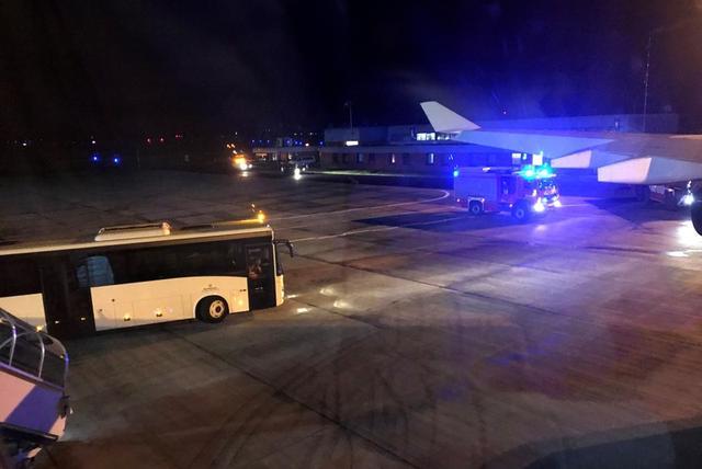 Un camión de bomberos fotografiado a través de una ventana del avión Airbus A340 que trasladaba a la canciller Angela Merkel a la cumbre del G-20 en Buenos Aires junto al resto de la delegación alemana, que se vio obligado a aterrizar poco después de despegar de Berlín en el aeropuerto de Colonia-Bonn, Alemania, 29 de noviembre del 2018. REUTERS/Andreas Rinke