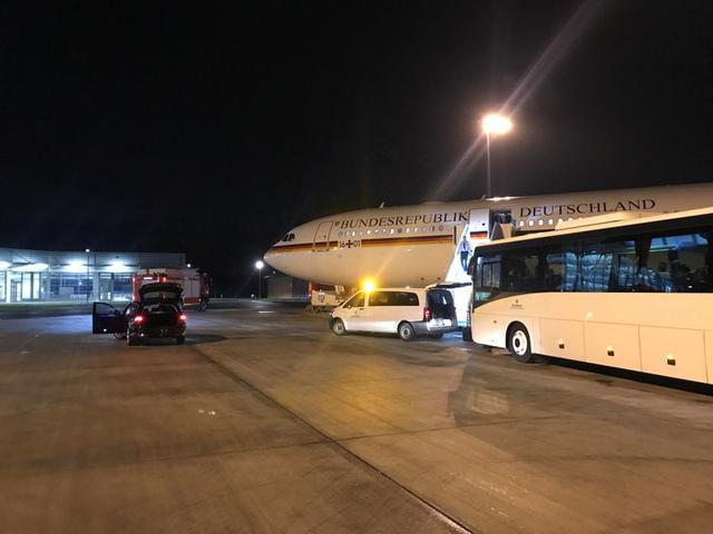 El avión oficial Airbus A340 que lleva a la canciller Angela Merkel y la delegación alemana a la cumbre del G-20 en Buenos Aires, que se vio obligado a aterrizar poco después de despegar desde Berlín, se encuentra en el aeropuerto de Colonia-Bonn, Alemania, 29 de noviembre del 2018. REUTERS/Andreas Rinke