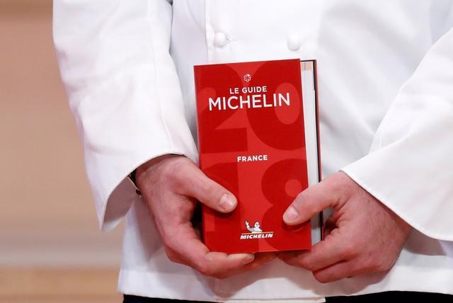 FOTO DE ARCHIVO: Un chef tiene una Guía Michelin 2018 durante la ceremonia de premiación de la Guía Michelin 2018 en el centro de Seine Musicale en Boulogne-Billancourt cerca de París, Francia, el 5 de febrero de 2018. REUTERS/Gonzalo Fuentes/File Photo