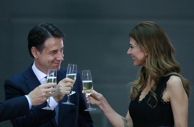La primera dama de Argentina, Juliana Awada, brinda con el primer ministro italiano, Giuseppe Conte, antes de la cumbre de líderes del G20 en Buenos Aires, Argentina, el 29 de noviembre de 2018. REUTERS/Agustin Marcarian