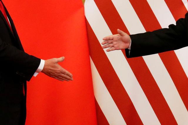 Foto de archivo: El mandatario estadounidense, Donald Trump, y el presidente de China, Xi Jinping, se dan la mano después de hacer declaraciones conjuntas en el Gran Salón del Pueblo en Pekín, China, 9 de noviembre del 2017. REUTERS/Damir Sagolj