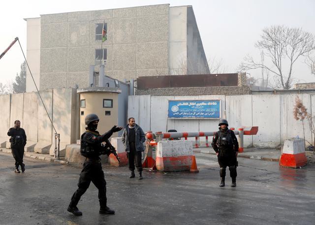 Policías afganos montan guardia fuera del recinto del gobierno después de un ataque en Kabul, Afganistán, el 25 de diciembre de 2018. REUTERS / Mohammad Ismail