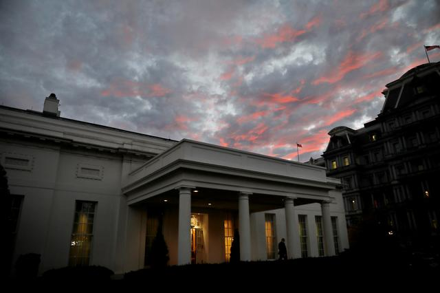 FOTO DE ARCHIVO: La puesta de sol se ve en la Casa Blanca, en el día de las elecciones parciales de los Estados Unidos, en Washington, DC, EE. UU., 6 de noviembre de 2018. REUTERS / Carlos Barria / Foto de archivo