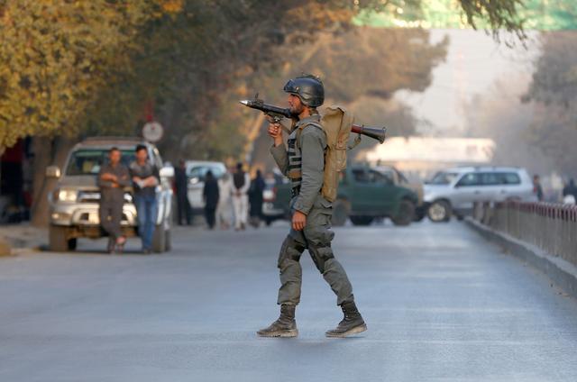 FOTO DEL ARCHIVO: un oficial de la policía afgana vigila cerca del lugar de la explosión en Kabul, Afganistán, el 31 de octubre de 2017. REUTERS / Omar Sobhani / Foto de archivo