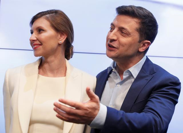 Ukrainian presidential candidate Volodymyr Zelenskiy and his wife Olena react following the announcement of the first exit poll in a presidential election at his campaign headquarters in Kiev, Ukraine April 21, 2019. REUTERS/Valentyn Ogirenko